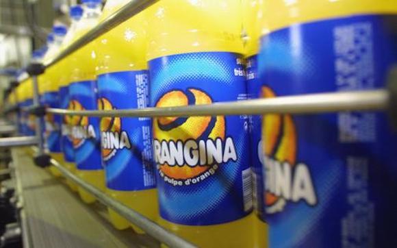 7767556952 des bouteilles passent sur une chaine dans l usine d embouteillage orangina de meyzieu le 04 mai 2001